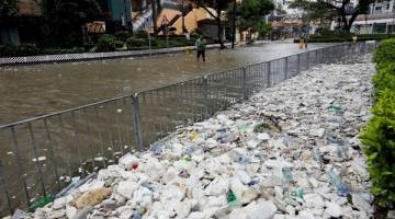 TERJEJAS: Sampah-sarap dan busa pembungkusan memenuhi kaki lima jalan setelah Hong Kong dilanda banjir kilat susulan kemaraan Hato, semalam. — Gambar Reuters