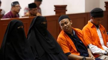 DISABITKAN: Gambar fail 21 Jun menunjukkan Novi (dua kiri) dibicarakan bersama suaminya Muhammad Nur Solihin (dua kanan) dan rakan tertuduh Ika Puspita Sari (kiri) dan Agus Supriyadi di mahkamah di Jakarta. — Gambar Reuters