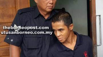 KE MUKA PENGADILAN: Tertuduh dibawa keluar daripada Mahkamah Majistret Sibu selepas sebutan kes semalam.