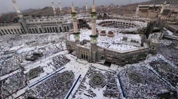 BERPUSU-PUSU: Jemaah haji bersolat di Masjidil Haram, Mekah kelmarin menjelang bermulanya ibadah haji. — Gambar AFP