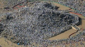 KEMUNCAK: Pandangan udara menunjukkan jemaah haji berhimpun di Gunung Arafah, Arab Saudi, untuk kemuncak ibadah haji kelmarin. — Gambar AFP