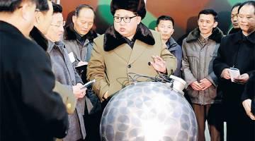 TUNJUK KUAT: Gambar tidak bertarikh serahan KCNA pada 9 Mac, 2016 menunjukkan Kim bertemu saintis dan juruteknik dalam bidang penyelidikan senjata nuklear. — Gambar AFP