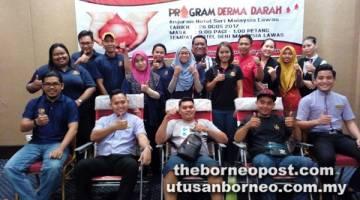 SELAMATKAN NYAWA: Irnal (berdiri tujuh kiri) bersama para penderma pada kempen derma darah, baru-baru ini.