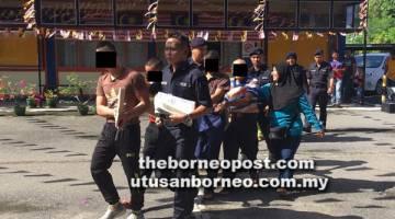 SEBUTAN KES: Tertuduh diiringi anggota polis menuju ke Mahkamah Majistret Limbang, pagi semalam.
