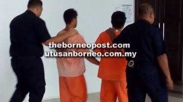 DIREMAN: Suspek (dua kiri) dibawa ke Balai Polis Sarikei untuk menjalani tahanan reman.