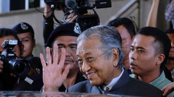 TUMPUAN: Mahathir hadir pada sesi pendengaran  Suruhanjaya Siasatan Untuk Menyiasat Kes Kerugian Akibat Urus Niaga Mata Wang Asing Oleh Bank Negara Malaysia (BNM) Sekitar Tahun 1990-an, di Istana Kehakiman, Putrajaya, semalam. — Gambar Bernama