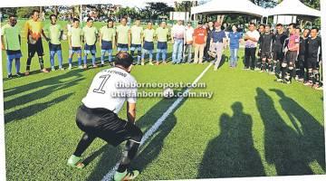 SEPAK MULA: Mataip menyempurnakan sepak mula sebagai simbolik perlawanan akhir antara BDA Veteran dan ARJ Baza FC.