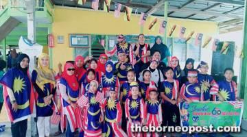 SEMANGAT MERDEKA: Kanak-kanak KRT Tuna/Gumaya/Benuas memakai baju bendera Malaysia.