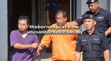 REMAN LANJUT: Kedua-dua suspek dibawa ke Mahkamah Majistret oleh anggota polis untuk proses reman.