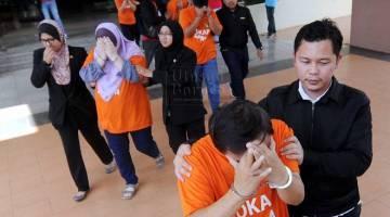 Pegawai Suruhanjaya Pencegahan Rasuah Malaysia (SPRM) membawa lima individu termasuk seorang pegawai Jabatan Perhutanan Daerah Jerantut dan isterinya di Kompleks Mahkamah Kuantan hari ini bagi melanjutkan tahanan reman hingga Rabu bagi membantu siasatan berhubung kes rasuah pembalakan haram di Jerantut. Kelima-lima suspek yang berusia 40 hingga 50 tahun itu ditahan di rumah masing-masing dan Pejabat Hutan Jerantut pada 11 Sept lalu bagi membantu siasatan mengikut Seksyen 17(a) dan Sekyen 16(a)(B) Akta SPRM