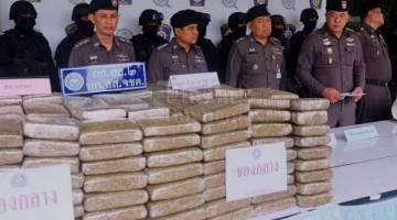Polis di selatan Thai menunjukkan dadah yang dirampas selepas menggagalkan percubaan menyeludup sejumlah besar ganja ke Malaysia dalam dua insiden berasingan di Songkla dan Satun pada sidang media hari ini. - Foto BERNAMA