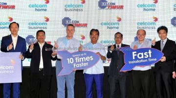 PELANCARAN: Musa (tengah) bersama Michael (tiga, kiri) pada majlis pelancaran 'Celcom Home Fiber dan Celcom Business Fibre' semalam. — Gambar Bernama