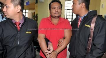 DIBICARA: Muhammad Khudzairi dihadapkan di Mahkamah Majistret dekat Johor Bahru, semalam atas lima pertuduhan memalsukan dokumen dan menipu dalam permohonan kad pengenalan sejak 2012 hingga 2015. — Gambar Bernama