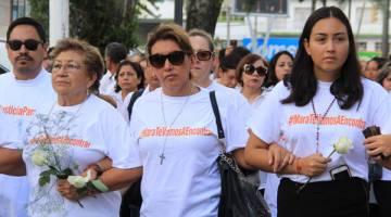 SEDIH: Gabriela Miranda (tengah) dan Karen Castilla Miranda (kanan), masing-masing ibu dan adik Castilla, menyertai protes di Xalapa, negeri Veracruz kelmarin. — Gambar AFP