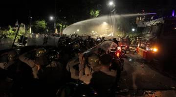 KACAU: Polis menggunakan meriam air untuk menyuraikan penunjuk perasaan yang berkumpul di luar Yayasan Bantuan Perundangan Indonesia di Jakarta, awal pagi semalam dalam gambar rakaman Antara Foto. — Gambar Reuters