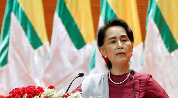 NAFI KRISIS: Suu Kyi menyampaikan ucapan kepada negara berhubung situasi Rakhine dan Rohingya di Naypyitaw, semalam. — Gambar Reuters