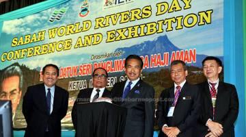 RASMI: Musa (tengah) merasmikan Persidangan dan Pameran Hari Sungai Sedunia Peringkat Negeri Sabah 2017 semalam.  Turut hadir Yahyah (dua kiri). — Gambar Bernama