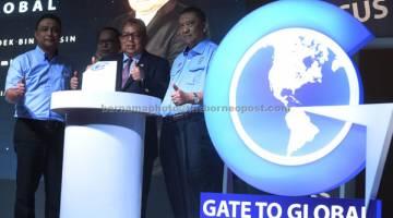 PELANCARAN: Awang Adek (dua kanan) melancarkan Program 'Gate To Global' di Kuala Lumpur, kelmarin. — Gambar Bernama