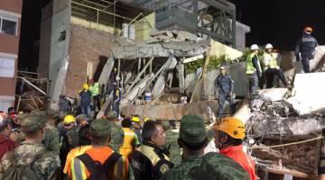 MALAPETAKA: Anggota penyelamat giat mencari mangsa terperangkap dalam runtuhan sekolah Enrique Rebsamen di Kota Mexico awal pagi semalam. — Gambar Reuters