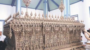 UKIRAN HALUS: Keranda Diraja yang akan digunakan pada Upacara Persemadian Mendiang Raja Bhumibol Adulyadej pada akhir bulan depan. — Gambar Bernama