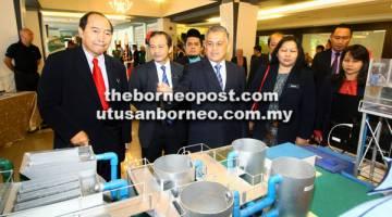 LAWAT: Arifin (tengah) bersama Joseph (kiri) dan tetamu jemputan lain ketika melawat tapak pameran sempena Seminar ICT 2017 Sektor Awam Negeri Sabah Peringkat Jabatan Ketua Menteri.