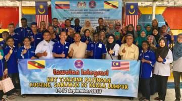 KERJASAMA: Mohamad (lima kiri) dan Zulkhairi (enam kiri) merakam kenangan bersama  rombongan KRT Tanjung Patingan dan KRT Hang Tuah di daerah Dang Wangi, Kuala Lumpur.