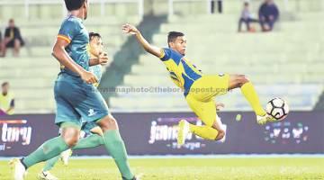 PEMUSNAH: Pemain Pahang R.Kogileswaran melayangkan badan untuk menjaringkan gol pertama ketika menentang Sarawak pada perlawanan Liga Super 2017 di Stadium Darul Makmur. — Gambar Bernama