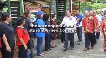 SAMBUT: Wong bersalaman dengan penduduk yang menyertai Hari Keluarga PTRS.