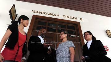 GANTI RUGI: Lim (dua kanan) ibu kepada mendiang Cheah Chin Lee, berjaya memperoleh ganti rugi RM184,000 selepas Mahkamah Tinggi semalam memutuskan kematian anaknya itu disebabkan kecuaian polis pada 2012 di George Town.  — Gambar Bernama