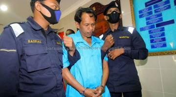 BERSALAH: Syafri (tengah) yang terlibat dalam rompakan sebuah kapal tangki berpangkalan di Thailand pada 6 Sept lalu dihukum penjara 16 tahun dan tiga sebatan oleh Mahkamah Sesyen di Kuala Terengganu semalam. — Gambar Bernama