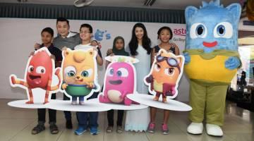 PENCIPTA MUDA: Empat pencipta Cheek-e's Buddies bersama maskot Cheek-e, Datuk Aznil Nawawi (Penaung Astro Ceria) dan Marissa.