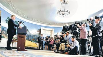 SARAT RETORIK: Trump bercakap mengenai perjanjian Iran pada sidang media di bilik resepsi diplomatik di Rumah Putih, Washington DC kelmarin. — Gambar AFP