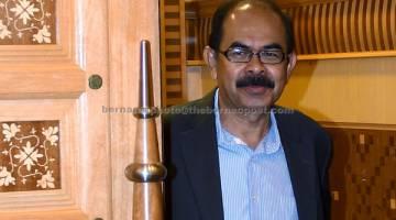 KELUAR: Yusoff semalam didenda maksimum RM2,000 oleh Mahkamah Majistret di Putrajaya selepas didapati bersalah memandu di lorong kecemasan, tahun lepas. — Gambar Bernama