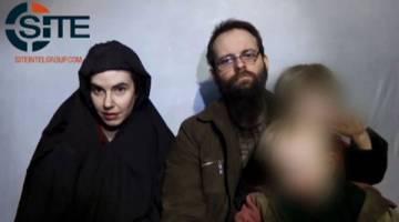 SUDAH BEBAS: Imej video SITE menunjukkan keluarga Amerika-Kanada ketika ditahan di lokasi tidak didedahkan. — Gambar AFP