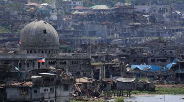 MUSNAH: Masjid dan bangunan terjejas teruk selepas tentera kerajaan membersihkan kawasan tersebut daripada kawalan kumpulan Maute di dalam zon perang di Kota Marawi, selatan Filipina semalam. MUSNAH: Masjid dan bangunan terjejas teruk selepas tentera kerajaan membersihkan kawasan tersebut daripada kawalan kumpulan Maute di dalam zon perang di Kota Marawi, selatan Filipina semalam.