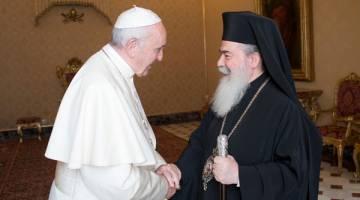 MESRA: Francis (kiri) menyapa Patriark Ortodoks Greece Jerusalem Theopilos III semasa pertemuan peribadi di Vatikan, kelmarin. — Gambar Reuters