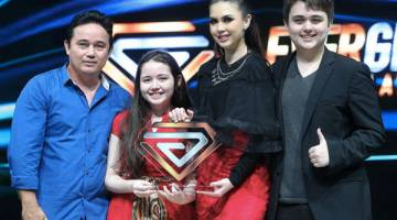 PENYOKONG UTAMA: Sara juara Clever Girl Malaysia ke-2 bersama keluarganya.