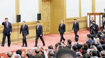 KUASA PADU: Xi mengetuai barisan ahli jawatankuasa baharu politburo China (dari kanan) Han Zheng, Zhao Leji, Wang Huning, Wang Yang, Li Zhanshu dan Li Keqiang ketika mereka tiba untuk bertemu media di Dewan Agung Rakyat di Beijing, semalam. — Gambar Reuters