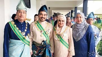 GAMBAR ALBUM: Siti Nurhaliza dan suami Datuk Seri Khalid Mohamad Jiwa bergambar bersama Timbalan Menteri Komunikasi dan Multimedia Datuk Seri Jailani Johari (kiri) dan isteri Datin Seri Siti Nubiha Mohd Bisharuddin (kanan) selepas Istiadat Pengurniaan Darjah-Darjah Kebesaran Negeri Pahang. — Gambar Bernama