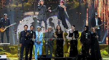 TERBAIK: Drama 'Pesan Dari Tuhan' dan filem 'Hanyut' masing-masing dinobatkan sebagai Drama Terbaik dan Filem Terbaik pada Anugerah Skrin 2017 di Pusat Dagangan Dunia Putra (PWTC) baru-baru ini.  — Gambar Bernama