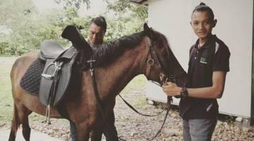 PEMILIK: Ardy bersama kudanya.