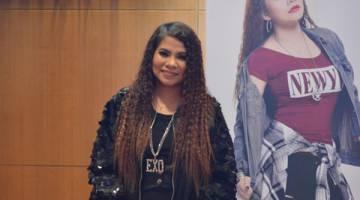 SINGLE PERTAMA: Penyanyi kelahiran Filipina, Ezza atau nama sebenarnya Eloisa P Dartuin akui banyak saingan dalam industri muzik di Malaysia.