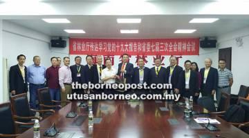 KUNJUNGAN HORMAT: Ling (lapan kanan) menyampaikan cenderamata kepada Zhou pada kunjungan hormat di Jabatan Hutan Hainan. Turut kelihatan, Yang (dua kiri) dan pengurus besar STA Dr Peter Kho (lima kanan).