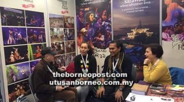 PROMOSI: (Dari kanan) Angelina, Bob dan Alena Murang ditemu bual di ruang pameran STB.