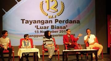SOAL JAWAB: (Dari kiri) Idan Aedan, Rykarl, Tunku Mona Riza, Ridzuan Puzi dan Saiful Pun dalam satu sidang media semasa tayangan perdana FTV 'Luar Biasa' baru-baru ini.
