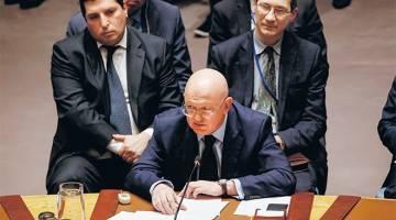 SALAH GUNA KUASA: Nebenzya mengutarakan pendapatnya kepada Majlis Keselamatan mengenai inkuiri antarabangsa ke atas serangan senjata kimia di Syria semasa mesyuarat di Ibu Pejabat PBB di New York, kelmarin. — Gambar Reuters