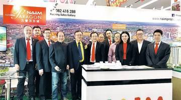 KENANGAN: Lo (empat kiri) merakamkan gambar bersama jawatankuasa SHEDA Cawangan Kuching dipengerusikan Sim Kiang Chiok (lima kiri) di booth pameran NAIM.