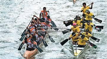 BERSAING: Aksi para peserta acara lumba perahu Regata Sarawak di Tebingan Sungai Kuching, semalam. — Gambar Bernama