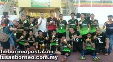JUARA: Pasukan RANDO Saratok muncul juara kategori senior kejohanan bola sepak Piala Residen Betong.