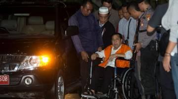 TIDAK BERDAYA: Novanto tiba di bangunan KPK di Jakarta, kelmarin dalam keadaan berkerusi roda, dalam gambar rakaman Antara Foto. — Gambar Reuters